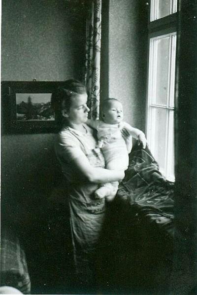 Ostern 1937 Herr Uwe Sierk selbst 1942 im heutigen Raum 203, wo früher eine Wohnung war, musiziert heute eine Mädchencombo.